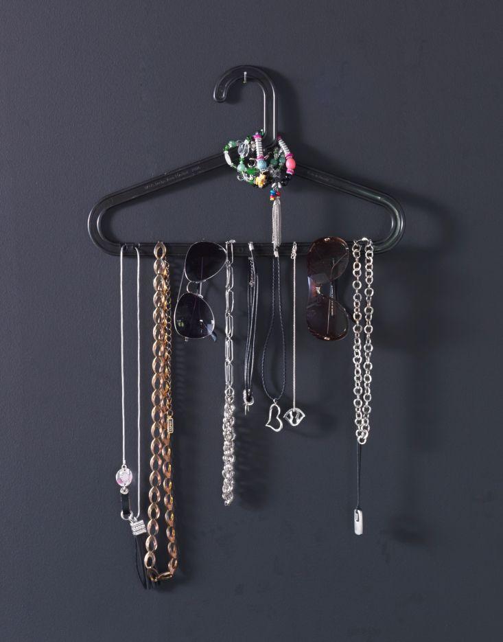 Slim! Stel je kettingen tentoon aan een kleerhanger. #IKEA