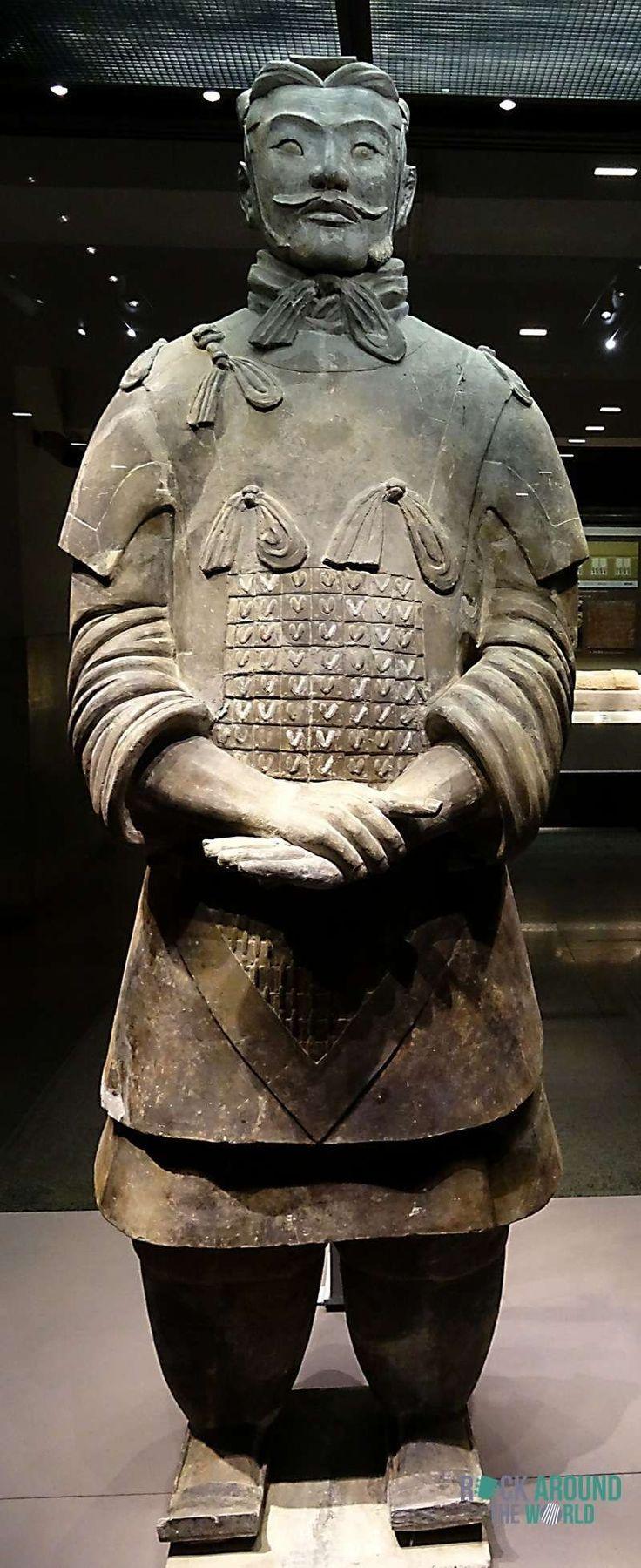 Hochrangiger Offizier der Terrakotta Armee vom Kaiser Qín Shǐhuángdì in Halle 2 – High-ranking Officer of the Terracotta Warriors of the first emperor Qín Shǐhuángdì in Pit 2 in Xi'an, China