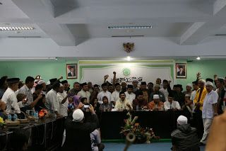 """Hina Ulama GNPF Kecam Keras Terdakwa Ahok  JAKARTA - Gerakan Nasional Pengawal Fatwa Majelis Ulama Indonesia (GNPF MUI) mengecam keras perbuatan dan pernyataan terdakwa perkara Penistaan Agama Basuki Tjahaja Purnama karena dianggap menghina dan melecehkan Ketua MUI KH Ma'ruf Amin. Penghinaan itu dilakukan Ahok dengan mencecar dan menuding KH Ma'ruf Amin tidak objektif dan tidak layak sebagai saksi dalam kasus yang mengadili perbuatan Ahok terkait penistaan Al-Qur'an. """"Sikap prejudice dan…"""