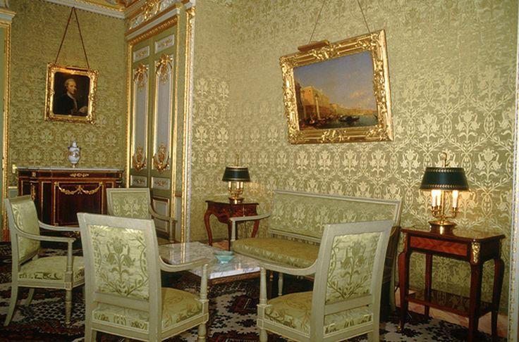 Palais du Louvre, hôtel du ministre. Salon vert. Tableau de Félix Ziem au-dessus de sièges tapissés de damas de soie vert amande