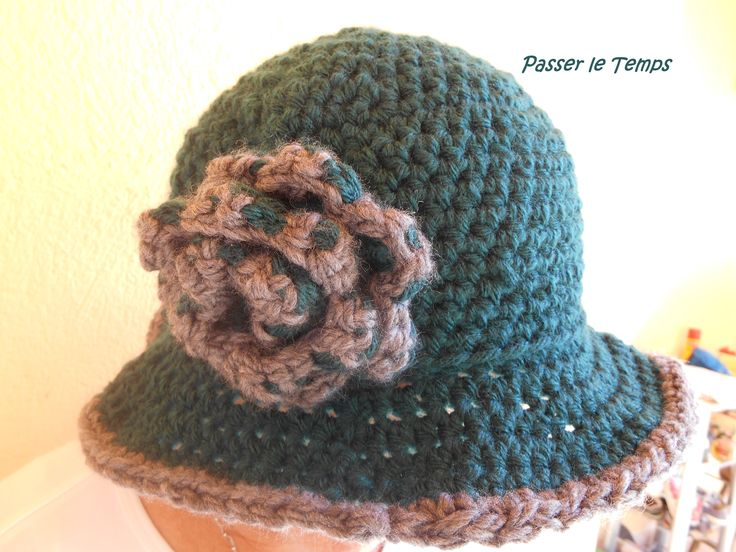 Cloche hat in dark green with grey border and flower detail