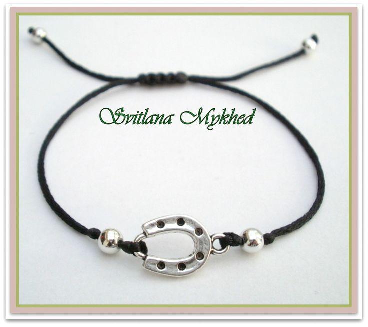 """Bracelet porte bonheure """"Fer a cheval"""" (cordon noir) . Bracelet de l'amitié, de l'amour à offrir ou s'offrir... : Bracelet par perles-et-couronnes"""