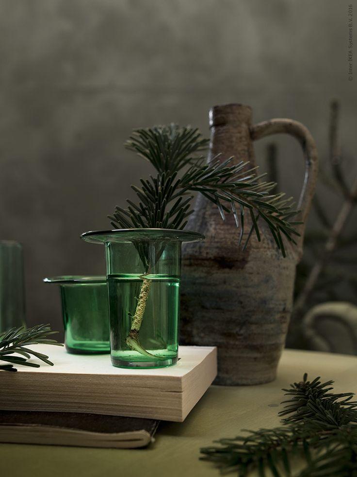 Det sägs vara vinterns modefärg! Grönt är sannerligen alltid skönt och så även till jul. Varför inte följa upp granens naturliga gröna toner i inredningen?