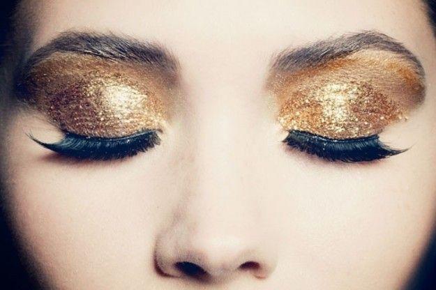 Trucco occhi oro con ciglia finte