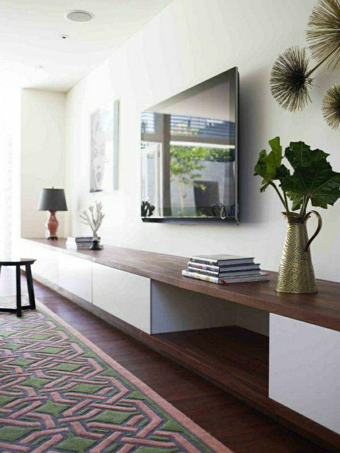 sol en parquet marron, tv console noir, mur blanc, décoration murale, plafond blanc