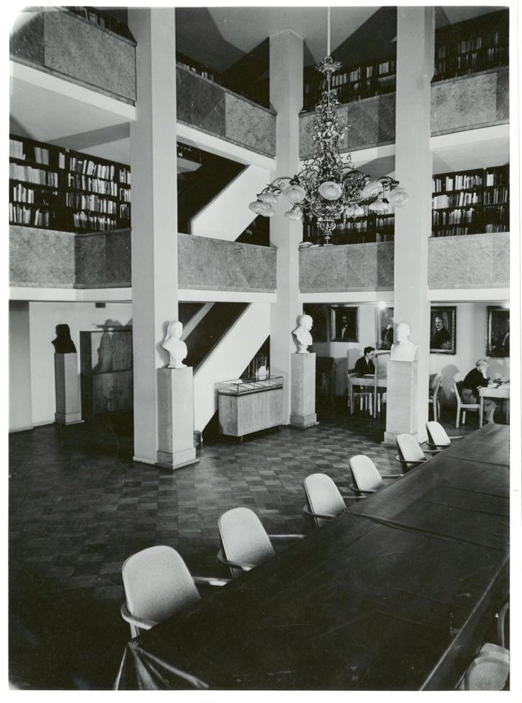 Suomalaisen Kirjallisuuden Seuran kokous- ja kirjastosali vuonna 1955. Kuva: Erkki Ala-Könni (SKS, kirjallisuusarkisto).