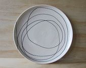 Noir et blanc errant ligne plaque. Une assiette de porcelaine. Arts de la table. Cuisine moderne. Graphique. Cadeau de mariage. Registre. PRÊT À ÊTRE EXPÉDIER.