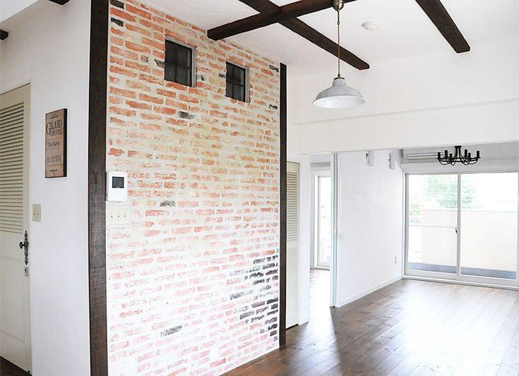 #リノベーション #フレンチカントリー  白い壁に映えるブリック仕上げの壁と天井の梁がフレンチカントリーな空間の部屋。
