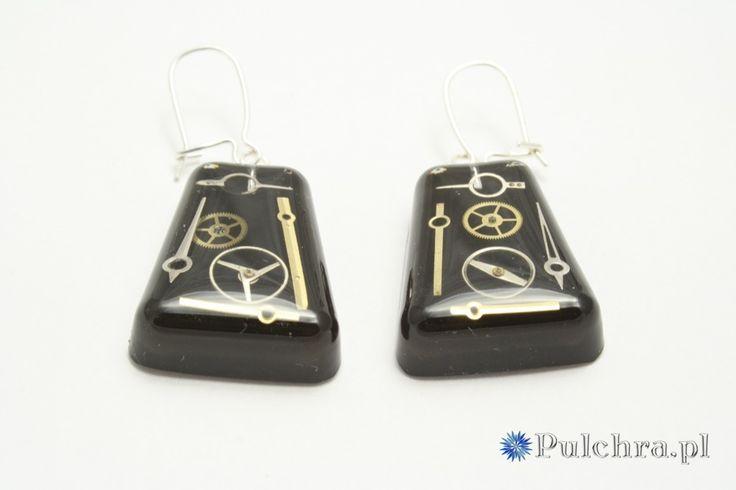 Steampunk resin earrings with watch cogs / Czworokątne kolczyki w stylu steampunk z trybikami zegarowymi na czarnym tle (srebrne bigle)