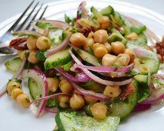 Salada de Grão-de-Bico, Pepino, Salsa e Tomate Secohttp://www.cantinhovegetariano.com.br/2014/08/salada-de-grao-de-bico-pepino-salsa-e.html