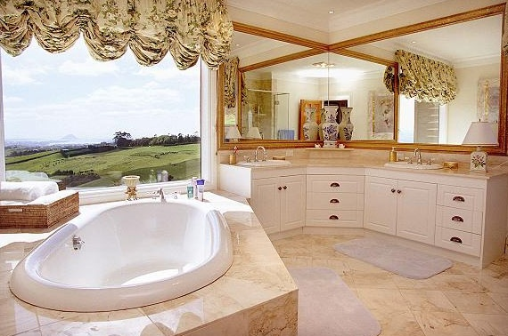 The ensuite bathroom at Tauranga's Bella Vista Lodge - where I've done makeup for quite a few wedding now. Until this last wedding 'season' I'd not been booked for a Bella Vista wedding, but now they are the most popular venue for my bridal makeup customers.