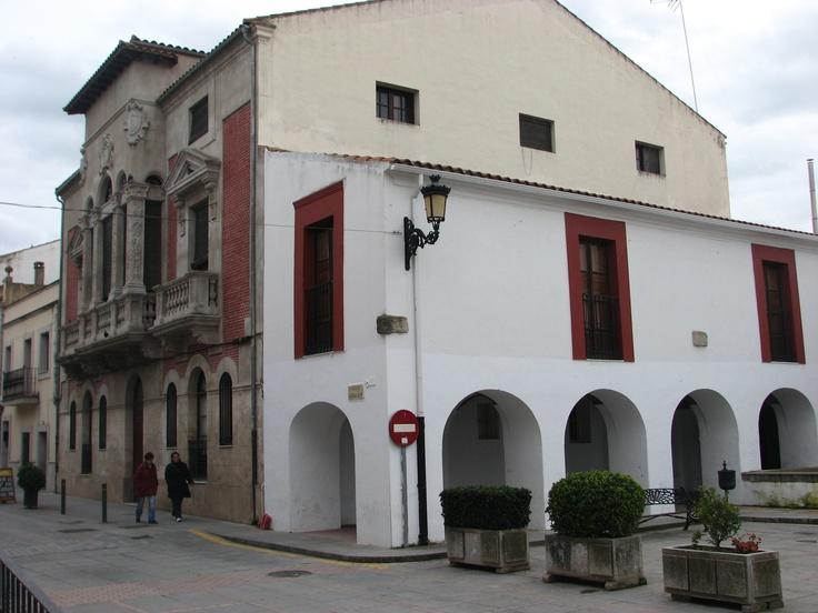 Una bonita esquina junto al Ayuntamiento de Casar de Cáceres.