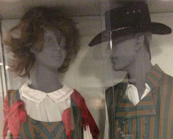 Vanhasta keskuskoulusta siirretty vitriini, jossa mallinuket Hämeenkyrön kansallispuvuissa. Valitettavasti nuket olivat hiuksettomia, mutta keksimme siihen ratkaisun...