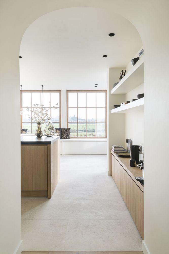 Ideetje voor zitbank keuken. Planken (wit) tegen muur voor kookboeken en verse kruiden op te plaatsen