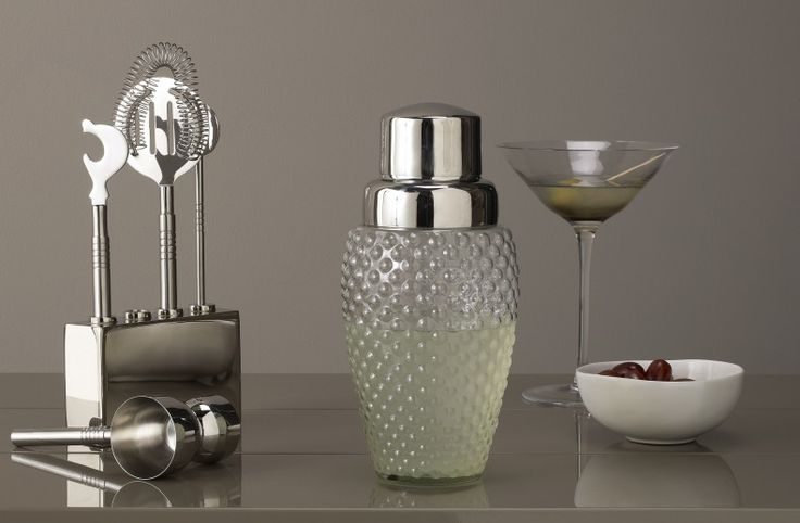 Unleash your inner mixologist with this Bubble cocktail shaker. Whether you are mixing a dirty martini to a mojito, the shaker will be a fantastic addition to your home. The metallic finish and textured glass will look stunning, even when you're not entertaining.