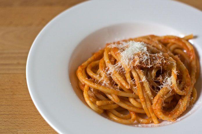 <p>Lesbucatini à l'amatricianasont l'une des icônes de la cuisine italienne traditionnelle. La recette originale, née à Amatrice, une petite ville dans la région duLatium, prévoit l'emploi des spaghetti et pas des bucatini (une sorte de spaghetti creux). En effet, les panneaux posés à l'entrée de la ville indiquent «Amatrice, la …</p>