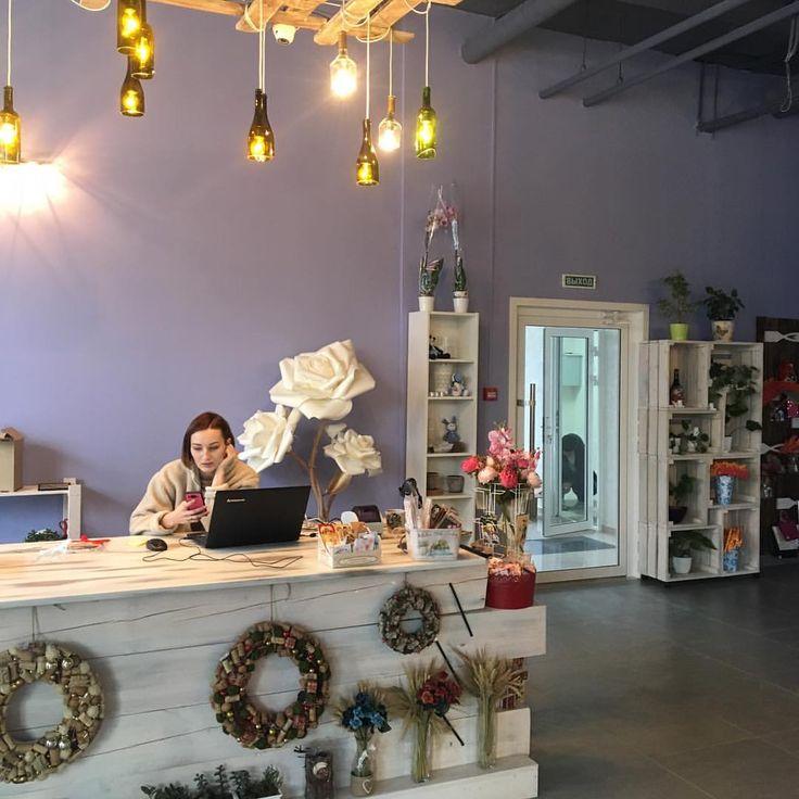 Решили выложить сразу несколько фотографий нашей работы по оформлению цветочного салона @artflora24   Оформили фасад большими розами и сделали инсталляцию из роз внутри помещения.  Цветы прекрасно дополнили стиль оформления магазина и точно будут радовать всех клиентов. Такую витрину сложно не заметить☺️ #оформлениекраснодар#лофт#лофтпроектэтажи#краснодаронлайн#алинаремонтайфон#оформлениедома#интерьердома#интерьер#дизайнинтерьера#дизайн#декормосква#декоринтерьера#большаяроза#большиецветы#