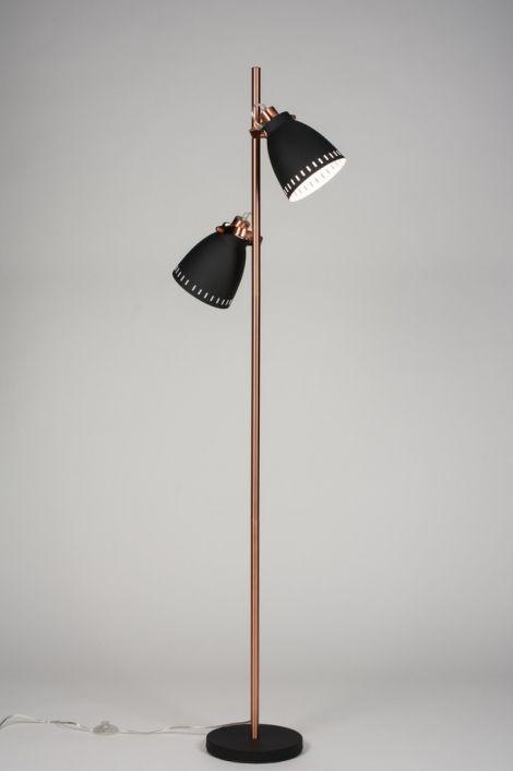 Artikel 89306 Trendy vloerlamp uitgevoerd in een combinatie van roodkoper en mat zwart metaal. Deze lamp bestaat uit een mat zwarte voet gecombineerd met een armatuur in roodkoper. Aan de stang zitten twee zwarte kappen, mat uitgevoerd en voorzien van een witte binnenkant. Hierdoor wordt het licht optimaal gereflecteerd. http://www.rietveldlicht.nl/artikel/vloerlamp-89306-modern-retro-metaal-zwart-mat-rond