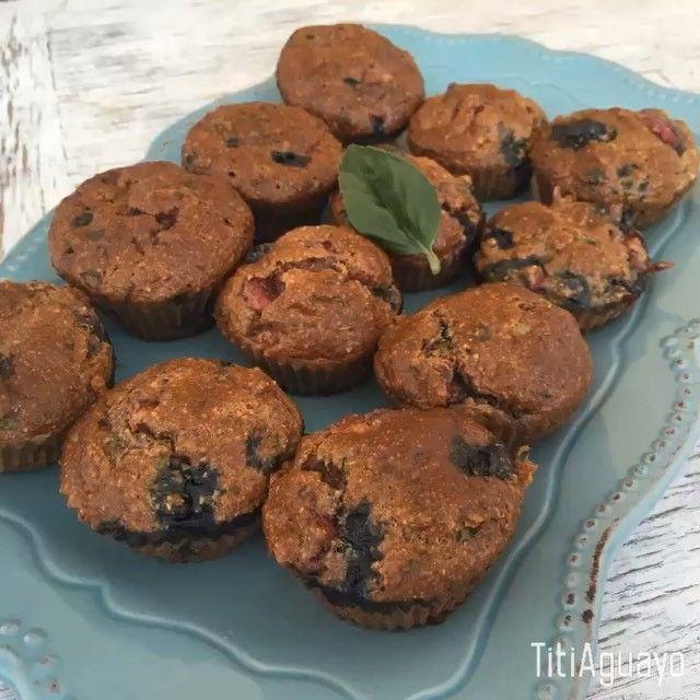 Muffins de Albahaca, Frutillas y Arándanos  Encuentran muchas variedades en #titimuffins  Ingredientes para 10-16 Muffins (dependiendo el tamaño de los moldes)  1. Media taza de frutillas 2. Dos tazas de avena 3. Media taza de arándanos  4. Cuatro huevos (sólo dos yemas) 5. Cuatro cucharadas de te de estevia (Endulzante o miel) 6. Un puñado de albahaca (opcional) 7. Una cucharada de té de polvos de hornear 8. Un Yogurt light sabor frutilla o sin sabor  Instrucciones: 1. Procesar la avena…