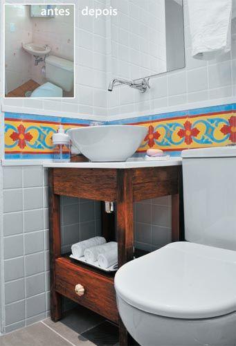 """Um antes/depois do banheiro – Uma cuba pequena de sobrepor, o armário de madeira adaptado e a faixa de azulejos coloridos ocuparam o mesmo espaço de forma mais eficiente e muito mais bonita. A renovação do revestimento por um mais claro, liso e mais moderno e a criação do nicho """"aumentaram""""  o espaço"""