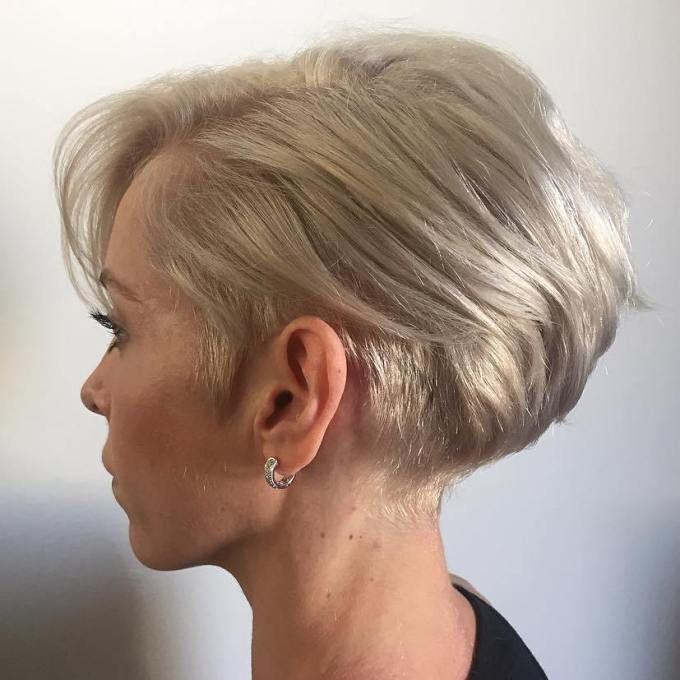 femme blonde avec une coupe de cheveux de bob Photo