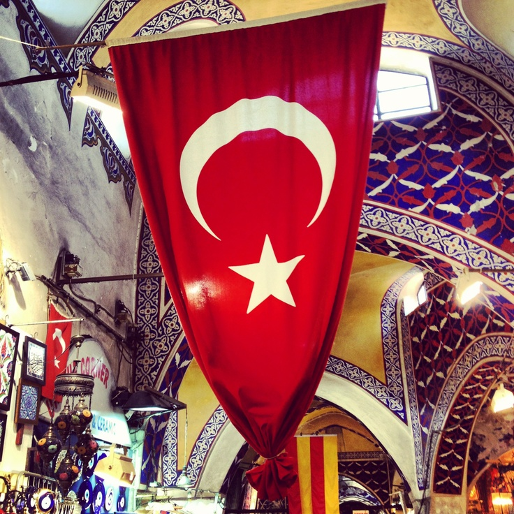 Turkish flag in the Istanbul Bazar - Picture by Femke Dam