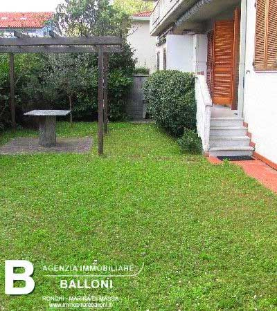 http://www.immobiliareballoni.it/affitti/affitto-appartamento-ronchi-con-giardino/  Imagine your #breakfast in #holiday in this delicious #apartment with private garden!  This flat for 6 pers. is situated in #marinadimassa, very close to the sea and to #fortedeimarmi.  It's available from July 1st to August 30th: wide living room with kichenette, double room, bedroom with 2 bunkbeds, shower/wc, garden. Washing machine, TV.