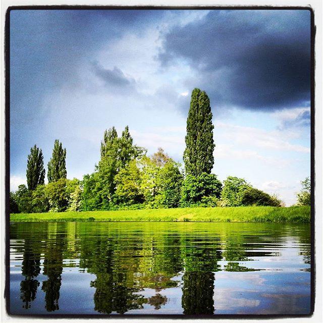 sedím, tiše přemýšlím, sledujíc svůj stín vlnící se na hladině řeky :-) #řeka #river #Labe #krajina #czechnature #czech
