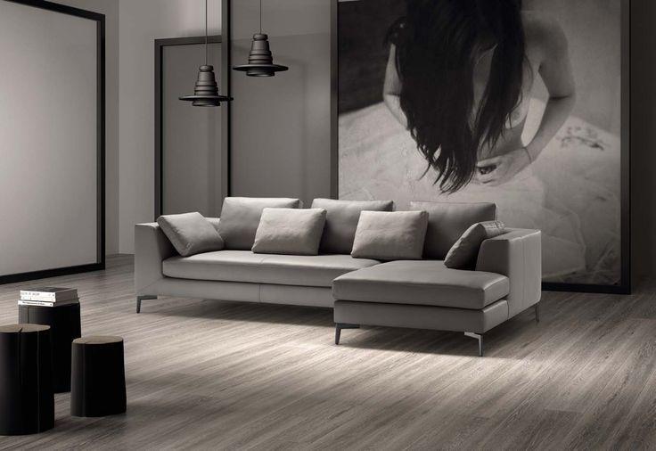 Divano design con penisola e piedini in metallo, rivestimento in pelle, ecopelle, tessuto. #divano