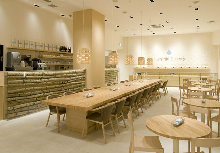 Длинный стол со стульями в пекарне Helsinki в Японии