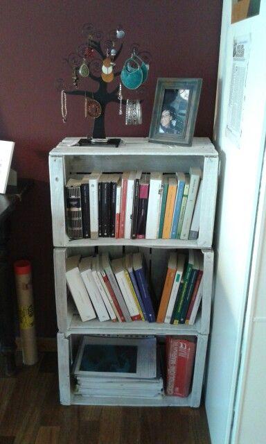 Libreria homemade con cassette di legno.