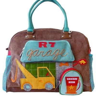 Precioso bolso cambiador para bebés de Room Seven. Muy práctico para llevar todo lo necesario del bebé. Con dos bolsillos delanteros con cremallera que tienen la forma de un garaje y una gasolinera.
