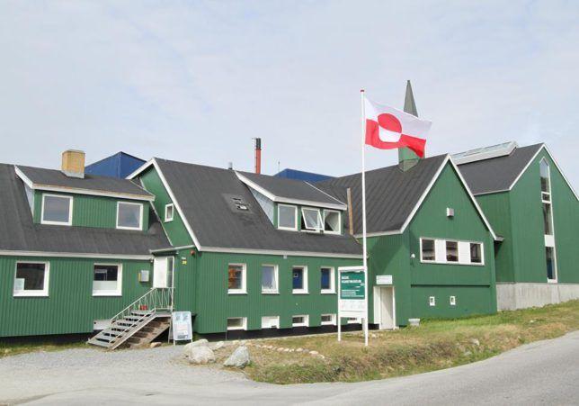 Nuuk Művészeti Múzeum  A Nuuk Művészeti Múzeum 600nm-en teszi elérhetővé állandó és időközi kiállításait. 2005-ben nyílt a korábbi adventista egyház épületében, néhány percnyi sétára Nuuk központjától. Az állandó gyűjtemény főleg Svend és Helen Junge Pedersen által gyűjtött művekből áll, a múzeum az ő ajándékuk Nuuk lakosainak. Ők ajándékozták a múzeumot a helyi önkormányzatnak, ami a mai napig a múzeum fenntartója.    Az állandó kiállítás többek között olyan jelentős alkotók műveit…