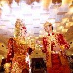 Anak daro dan marapulai dari pengantin minang, sumatera barat.   Perhelatan ini diadakan di gedung auditorium UNY, dengan penambahan lighitng dari fotografer kami, maka gambar yang dihasilkan menjadi artistik.