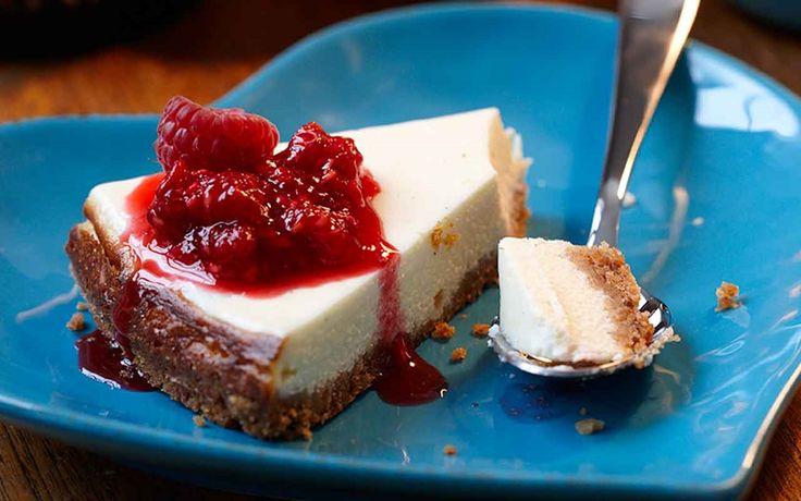 Cheesecake är en verklig amerikansk klassiker med krämig färskost och gräddfil. Toppa gärna denna cheesecake med rårörda hallon eller andra goda bär.