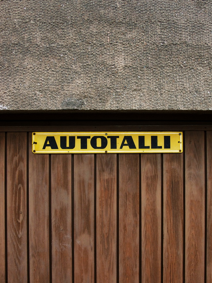This simpleAUTOTALLI (CARAGE) signpost is one of my favourites. I really like the 60-70´s typography of it. You can also locate this yellow one at Meritullinkatu 24, Kruununhakadistrich.