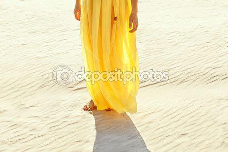 ragazza in abito giallo camminare a piedi nudi sulla spiaggia di sabbia bianca — Immagini Stock #52410185