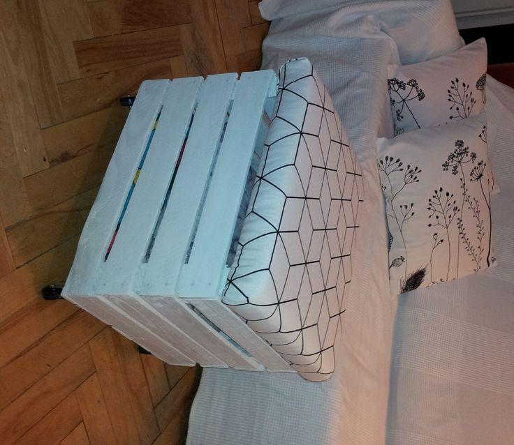 tapicerowane siedzisko ze skrzynki na kółkach/ upholstered seat from the box on wheels