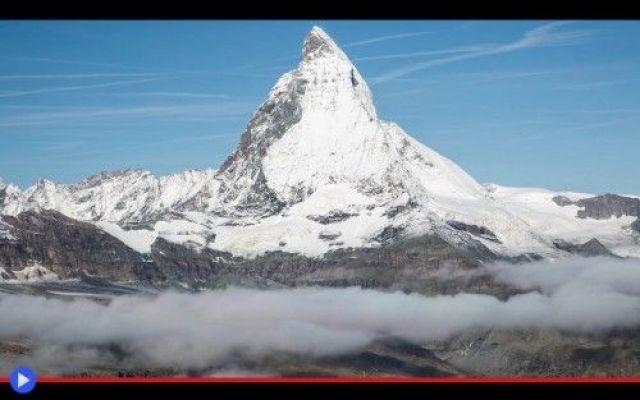 Un video che dimostra la svettante grazia del Cervino Tra le prime immagini, ce n'è una particolarmente significativa: un piccolo cairn, o cumulo di pietre, costruito da qualcuno per marcare il suo passaggio, in prossimità di uno dei molti sentieri alpi #montagne #alpinismo #time-lapse