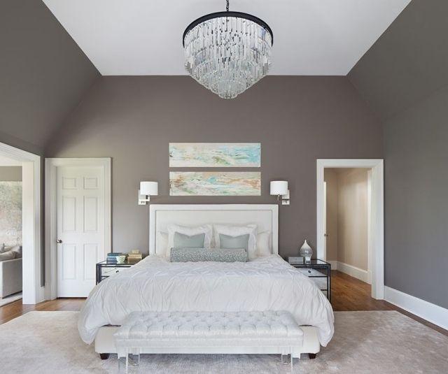 chambre adulte avec murs taupe, lit et tapis blancs