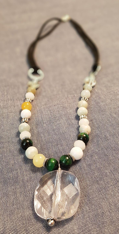 Colgante con cristales blancos, jade blanco, ojo de tigre verde, amazonita verde y jade amarillo. $10.000