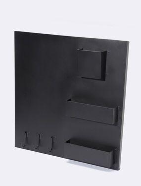 Mémo board magnétique ultra pratique au dessus d'un bureau, dans la cuisine ou dans l'entrée. Plus question d'oublier quoique ce soit ! DétailsCompartiments. Crochets pour les clés. Encoches au dos pour fixation murale. Dim. 50 x 50 x 2 cm. Matière 100% métal avec peinture aimantée. Ardoise.;