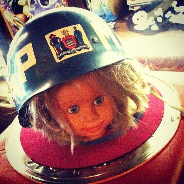Chegou ontem! #Capacete oficial da #PM paulista dos anos #1970 (R$ 350) + cabeça de #boneca anos #1980 da Grow (R$ 90). (at Antiquário XIII)