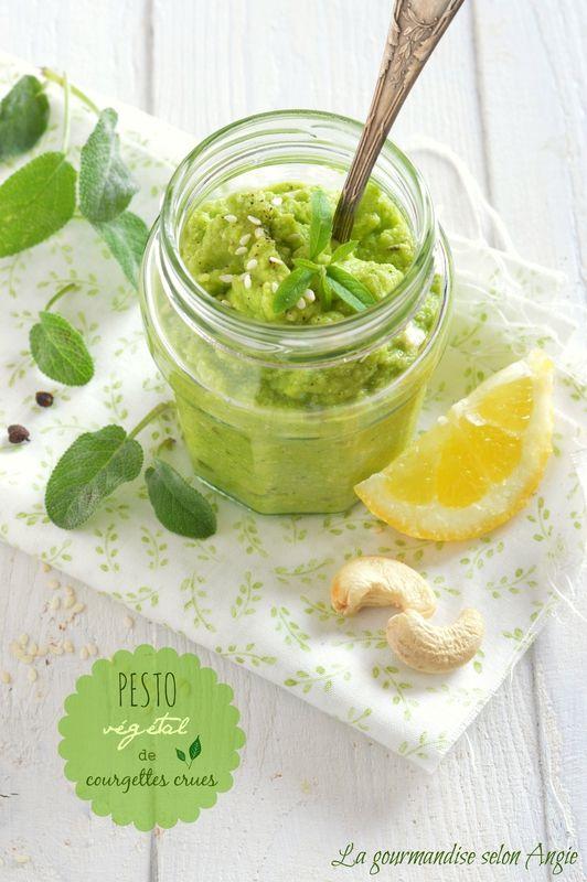 pesto végétal de courgette crue 2 petites courgettes - 1/2 jus de citron - 1 gousse d'ail - quelques feuilles de sauge ou basilic - 1 grosse poignée de noix de cajou - 4-5 cuillères à soupe d'huile d'olive - sel, poivre