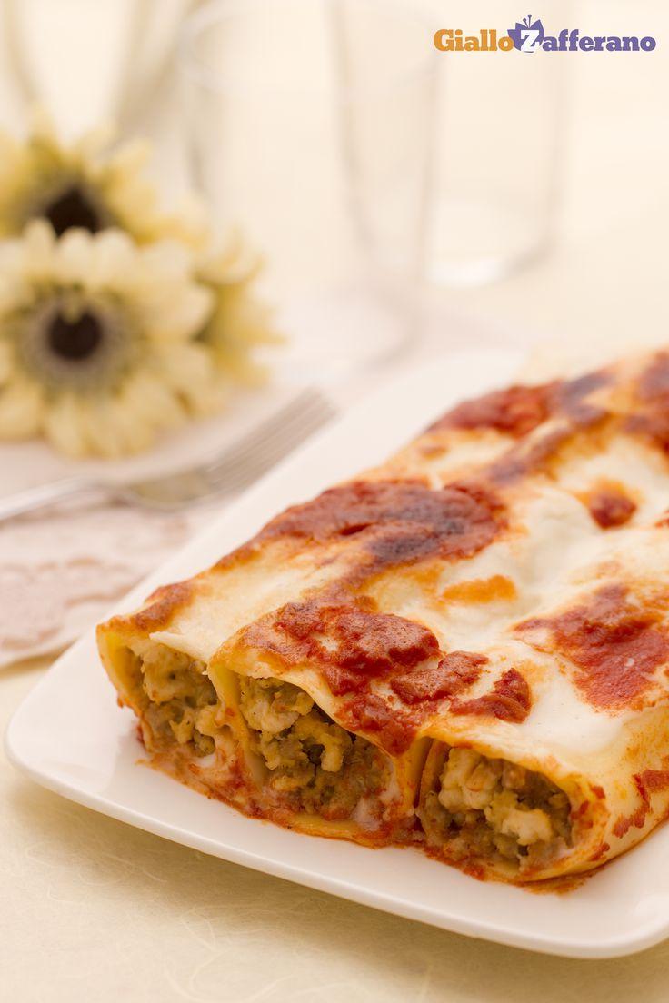 La classica pasta fresca ripiena tipica dell'Emilia Romagna: evviva i cannelloni (meat stuffed pasta tubes)! #ricetta #GialloZafferano #italianfood #italianrecipe #EmiliaRomagna