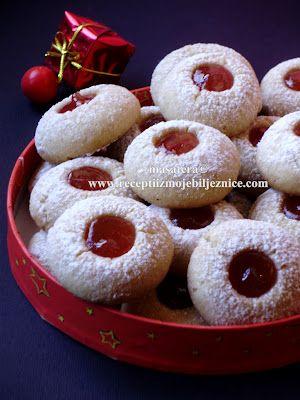 Sastojci: 500 g brašna 150 g oraha 250 g margarina 150 g šećera 3 žumanca 1 vanilin šećer korica jednog limuna i marmelada za punjenje  Priprema: Umijesiti prhko tijesto, umotati ga u najlon foliju i staviti u hladnjak na 1 sat. Tijesto oblikovati u valjak, rezati na veličinu oraha pa svaki oblikovati u kuglicu. Kuglice slagati na lim obložen papirom za pečenje. Drškom kuhače svakoj kuglici utisnuti udubljenje. Peći 15 minuta na 180 st.C u prethodno zagrijanoj pećnici.