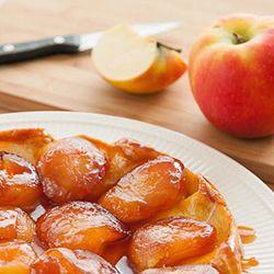 1.Doe 80 g boter en bloem in een beslagkom en snijd fijn met 2 messen. Voeg een klein deel van de basterdsuiker toe. Schenk er ijskoud water bij. Kneed met de hand snel tot een soepel deeg , maak er een bal van, dek af met vershoudfolie. Laat minimaal 30 min. in de koelkast rusten. Verwarm de oven voor op 195 °C. 2.Schil de appels, verwijder de klokhuizen en snijd de appels in 4 parten. Snijd de rest van de boter in blokjes, doe deze in een steelpan en laat op laag vuur smelten. Strooi de…