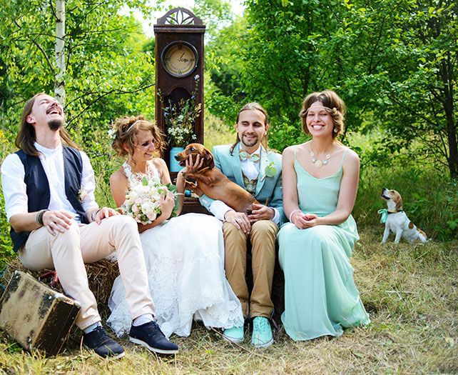 Деревенская свадьба в стиле рустик, невеста и жених с гостями