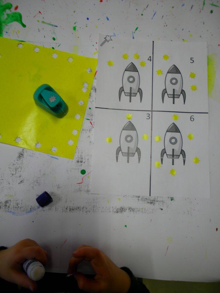 Werkblad sterren tellen. De kleuters duwen sterren uit een geel blad en leggen zoveel sterren rond de raket als aangeduid in het hoekje. *liestr*