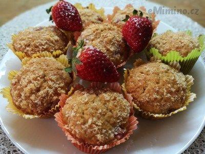 Jahody nakrájíme na malé kousky, čokoládu nalámeme na malé kostičky a stranou dáme 2 lžíce kokosu.  Ve větší míse smícháme mouku, cukr, kokos a kypřící...